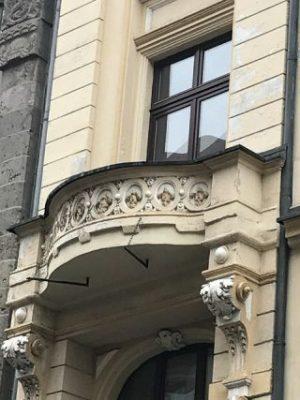 marode Putzflächen und überarbeitungsbedürftige Balkonelemente