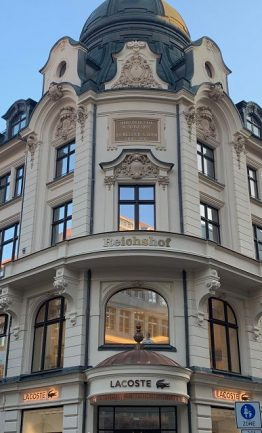 Fassadenachse mit neu hergestelltem Balkon und Eingangsvordach nach Bauaktenzeichnung