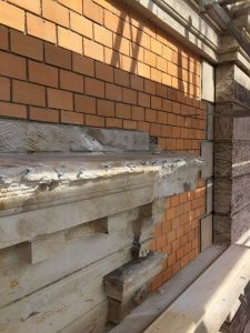 Sandsteinrestaurierung einer Fensterverdachung