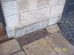 Einfriedungsmauer Detail, Überarbeitung und Ergänzung des Gründungssockel aus Lausitzer Granit