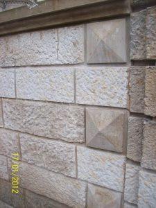 Einfriedungsmauer Detail, ausgearbeitete Quadersteine